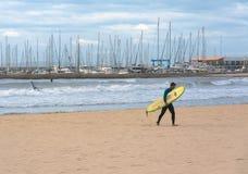 Surfer mit Brett Lizenzfreie Stockbilder