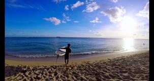 Surfer mit dem Surfbrett, das in Meerwasser 4k surft stock video footage
