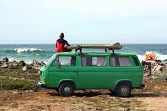 Surfer mit seinem Retro- Packwagen Stockfotografie
