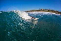 Surfer montant la photo creuse de l'eau de vague Photographie stock libre de droits