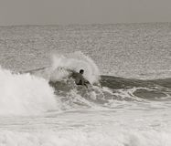 Surfer noir et blanc Images libres de droits
