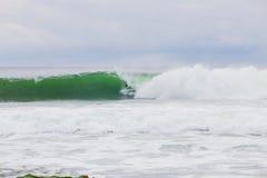 Surfer obtenant Barreled sur la grande vague images libres de droits