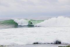 Surfer obtenant Barreled sur la grande vague image stock