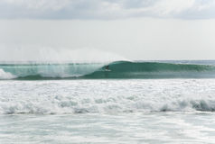 Surfer obtenant barrelled Photos stock