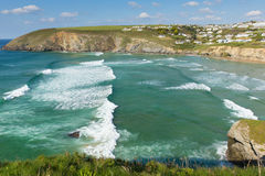 Surfer ondule la plage les Cornouailles du nord Angleterre de Mawgan Porth près du jour d'été de Newquay avec le ciel bleu Photographie stock libre de droits