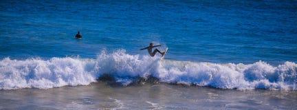 Surfer op de golf Stock Afbeelding