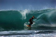 Surfer op een golf Stock Afbeeldingen