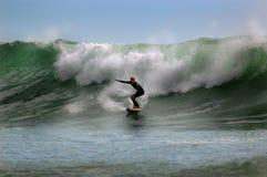 Surfer op een golf Stock Foto