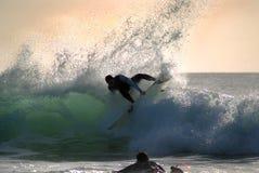 Surfer op een golf Stock Fotografie