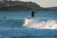 Surfer op een golf royalty-vrije stock afbeelding