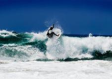 Surfer op een verbazende golf Stock Foto