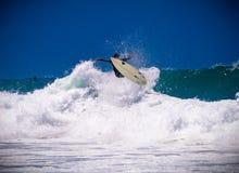 Surfer op een verbazende golf Stock Foto's