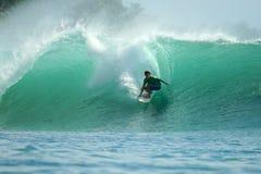 Surfer op groene golf, Mentawai Eilanden, Indonesië Stock Foto's