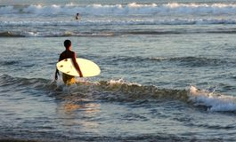 Surfer op het Kuta strand, Bali Stock Foto's