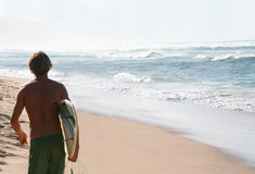 Surfer op het Strand Royalty-vrije Stock Foto's