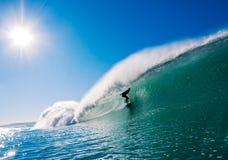 Surfer op Perfecte Golf Royalty-vrije Stock Afbeeldingen