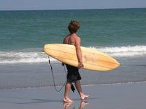 Surfer op Strand Royalty-vrije Stock Foto's