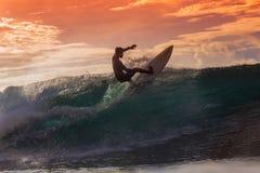 Surfer op Verbazende Golf Royalty-vrije Stock Afbeelding