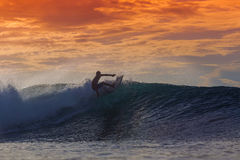 Surfer op Verbazende Golf Stock Afbeeldingen