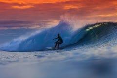Surfer op Verbazende Golf Royalty-vrije Stock Fotografie