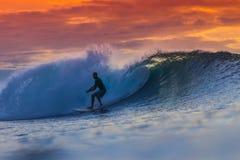 Surfer op Verbazende Golf Stock Afbeelding