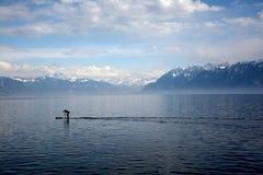 Surfer op vreedzaam meer Stock Foto's