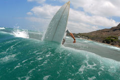 Surfer outre de la languette Images libres de droits