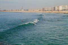 Surfer in Ozean, Portugal, Porto Reisefoto lizenzfreies stockfoto