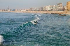 Surfer in Ozean, Portugal, Porto Reisefoto stockfoto