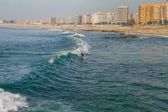 Surfer in Ozean, Portugal, Porto Reisefoto lizenzfreies stockbild