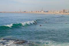 Surfer in Ozean, Portugal, Porto Reisefoto lizenzfreie stockbilder