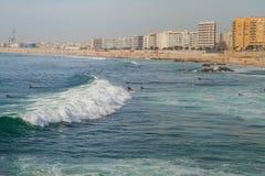 Surfer in Ozean, Portugal, Porto Reisefoto stockfotos