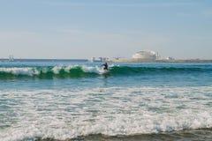 Surfer in Ozean, Portugal, Porto Reisefoto stockbilder