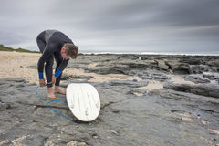 Surfer preparing to surf Royalty Free Stock Images