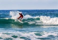 Surfer reiten die Wellen Israel, Tel Aviv, Weihnachtsfeiertage lizenzfreies stockbild