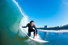 Surfer-reitene erstaunliche Welle Stockfotografie