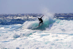 Surfer reitet eine Welle in Hawaii Stockbilder