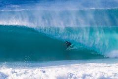 Surfer reitet hohle Welle Lizenzfreie Stockbilder