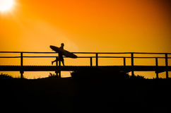 Surfer running to the beach Royalty Free Stock Photography