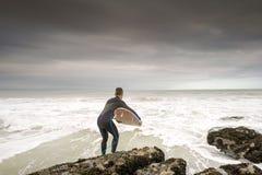 Surfer sautant dedans à l'océan Images libres de droits
