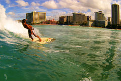 Surfer Seth Moniz, das am Waikiki Strand surft Stockbild