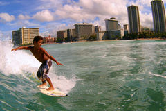 Surfer Seth Moniz, das am Waikiki Strand surft Lizenzfreie Stockfotos