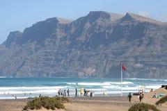 Surfer setzen in Famara, Lanzarote, Spanien auf den Strand stockbilder