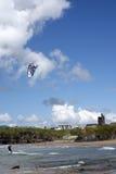 Surfer solitaire de cerf-volant écrémant les vagues Photographie stock libre de droits