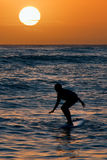 Surfer am Sonnenuntergang Lizenzfreies Stockfoto