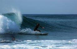 Surfer suivi d'un requin Image stock