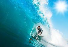 Surfer sur l'onde parfaite Photographie stock libre de droits