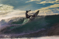 Surfer sur l'onde étonnante Images libres de droits