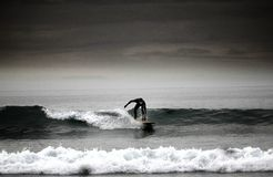 Surfer sur la côte Devon de sud-ouest Image stock