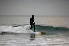 Surfer sur la côte Devon de sud-ouest Photographie stock